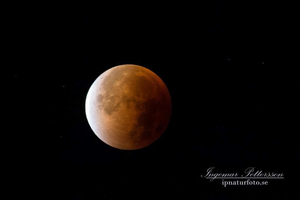 Klockan 05,25 och sakta börjar månen träda ur skuggan.