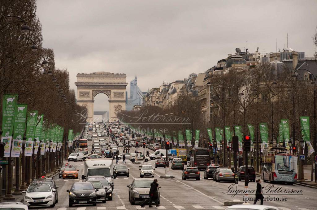 Avenue des Champs-Élysées med Triumfbågen i bakgrunden.