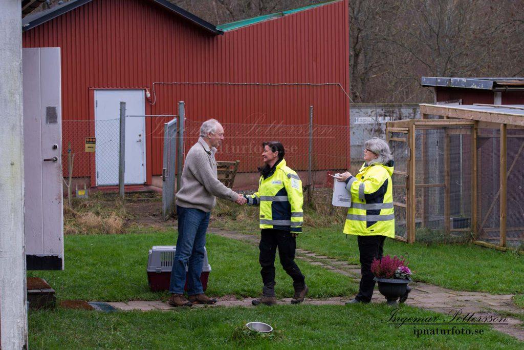 Personal från Svenska djurambulansen hälsas välkomna av Tommy Järås.